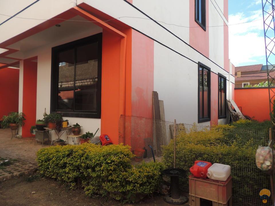 3-thumbnail-vendo-casa-de-dos-plantas-en-condominio